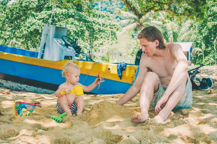9e-Malezja-wyspa Pangkor-z dzieckiem